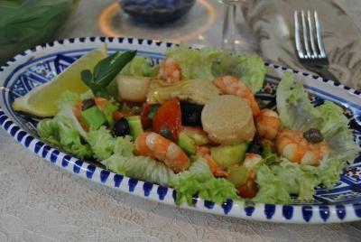 морские гребешки,огурцы,соус,креветки,каперсы,авокадо,помидоры,сельдерей,маслины,артишоки,перец,салат