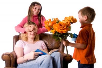 Что подарить мамам на день матери своими